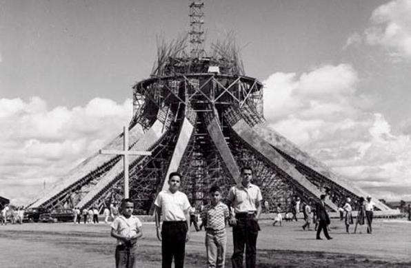 As 16 colunas de concreto pesam 90 toneladas. Niemeyer desenhou as formas da Catedral representando as mãos preparadas para a oração