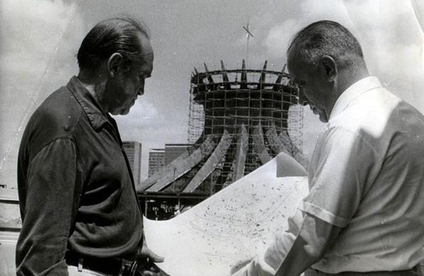 Só 14 anos depois, em 31 de maio de 1970, é que a igreja projetada por Oscar Niemeyer foi inaugurada