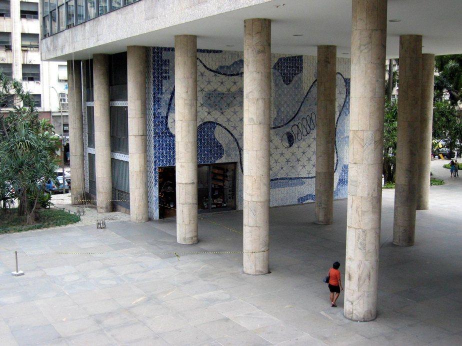 Gustavo_Capanema_Palace,_Rio_de_Janeiro,_Brazil_(main_entrance,_2004)